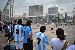 Les matchs de poule se déroulent simultanément sur deux terrains.